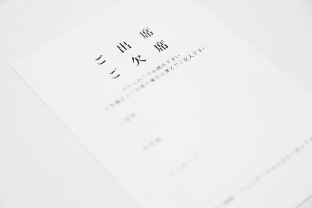 結婚式招待状の返信ハガキの書き方と訂正方法やメッセージ出席・欠席の文例